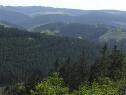 Fernsicht vom Kamm des Berges. Am Horizont der Schombergturm bei Wildewiese.